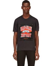 dunkelbraunes bedrucktes T-Shirt mit einem Rundhalsausschnitt