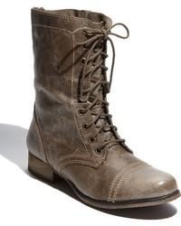 dunkelgraue flache Stiefel mit einer Schnürung aus Leder