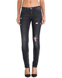 dunkelgraue Jeans mit Destroyed-Effekten
