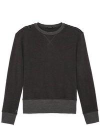 dunkelgrauer Pullover mit einem Rundhalsausschnitt
