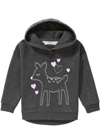 dunkelgrauer Pullover mit einer Kapuze