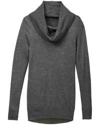 dunkelgrauer Pullover mit einer weiten Rollkragen