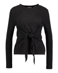 dunkelgrauer Pullover mit einem Rundhalsausschnitt von KIOMI