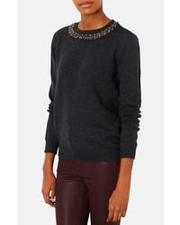 dunkelgrauer verzierter Pullover mit einem Rundhalsausschnitt