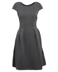 dunkelgraues ausgestelltes Kleid von KIOMI