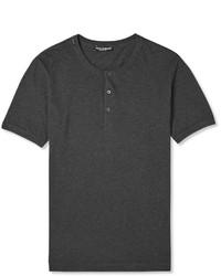 dunkelgraues T-shirt mit einer Knopfleiste
