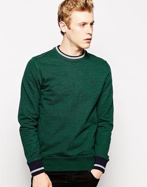 dunkelgrüner Pullover mit einem Rundhalsausschnitt von Fred Perry