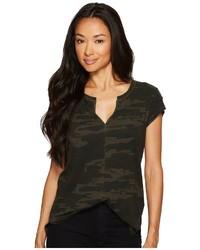 dunkelgrünes Camouflage T-Shirt mit einem V-Ausschnitt