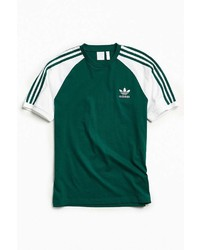 dunkelgrünes vertikal gestreiftes T-Shirt mit einem Rundhalsausschnitt