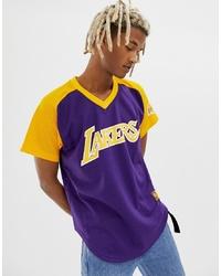 dunkellila bedrucktes T-Shirt mit einem V-Ausschnitt von Mitchell & Ness