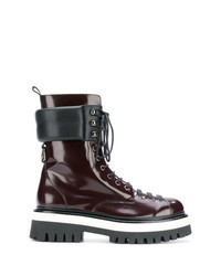 dunkelrote flache Stiefel mit einer Schnürung aus Leder