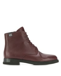 dunkelrote flache Stiefel mit einer Schnürung aus Leder von Camper