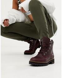 dunkelrote flache Stiefel mit einer Schnürung aus Leder von Timberland