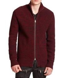 dunkelroter Pullover mit einem Reißverschluß