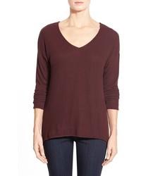 dunkelroter Pullover mit einem V-Ausschnitt