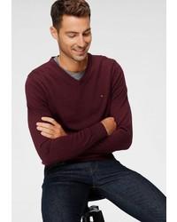 dunkelroter Pullover mit einem V-Ausschnitt von Tommy Hilfiger