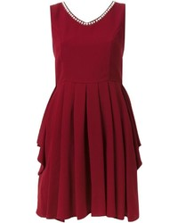 dunkelrotes ausgestelltes Kleid