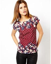 dunkelrotes T-Shirt mit einem Rundhalsausschnitt mit Blumenmuster