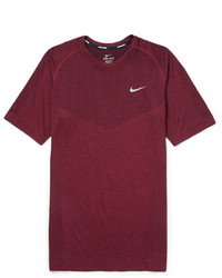 dunkelrotes T-Shirt mit einem Rundhalsausschnitt