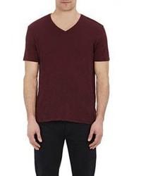 dunkelrotes T-Shirt mit einem V-Ausschnitt