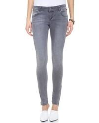 Tragen Sie schwarzen kniehohe Stiefel aus Wildleder und enge Jeans für einen bequemen Alltags-Look.