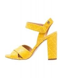 gelbe bedruckte Leder Sandaletten von Moschino