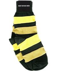 gelbe horizontal gestreifte Socken von Issey Miyake
