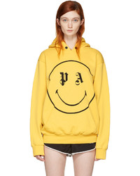 gelber bedruckter Pullover mit einer Kapuze