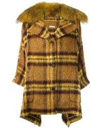 gelber Mantel mit Schottenmuster