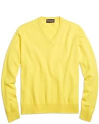 gelber Pullover mit einem V-Ausschnitt