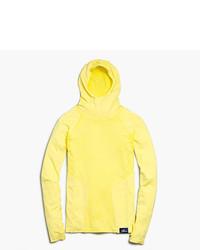 gelber Pullover mit einer Kapuze
