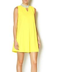 gelbes schwingendes Kleid