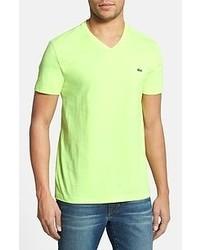 gelbes T-Shirt mit einem V-Ausschnitt