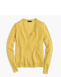 goldener Pullover mit einem V-Ausschnitt