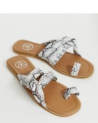graue flache Sandalen aus Leder mit Schlangenmuster von Missguided