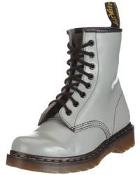 graue flache Stiefel mit einer Schnürung von Dr. Martens