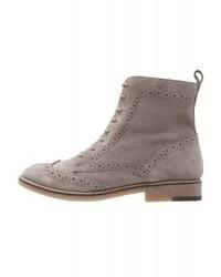 graue flache Stiefel mit einer Schnürung von KIOMI