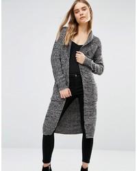graue klobige Strickjacke mit einer offenen Front