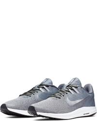graue Sportschuhe von Nike