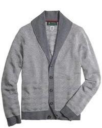 graue Strickjacke mit einem Schalkragen