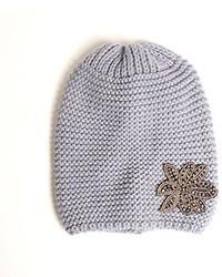graue verzierte Mütze