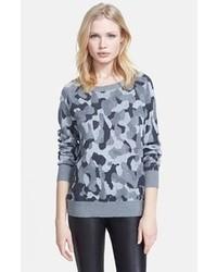 grauer Camouflage Pullover mit einem Rundhalsausschnitt