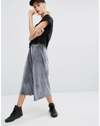 grauer Hosenrock aus Samt mit Falten von Boohoo