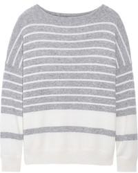 grauer horizontal gestreifter Pullover mit einem Rundhalsausschnitt