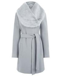 grauer Mantel mit einem Pelzkragen