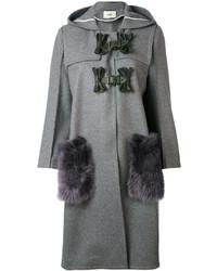 grauer Mantel mit einem Pelzkragen von Fendi