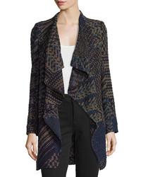grauer Mantel mit geometrischen Mustern