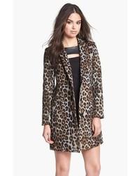 grauer Mantel mit Leopardenmuster