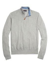 grauer Pullover mit einem Reißverschluss am Kragen