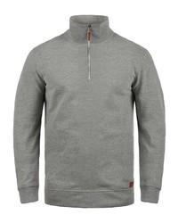 grauer Pullover mit einem Reißverschluss am Kragen von BLEND